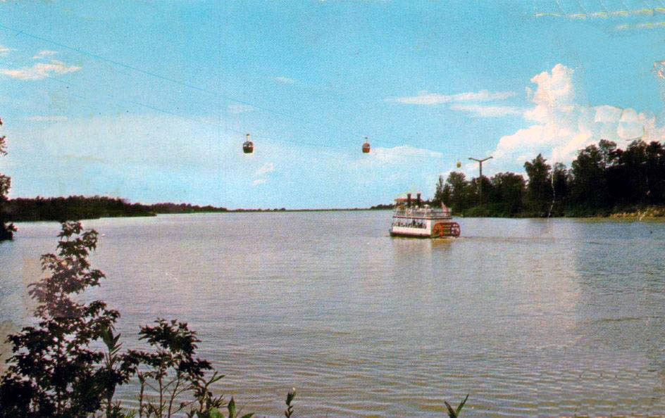 Picture of Lakeland Lake with the paddle wheeler and sky ride